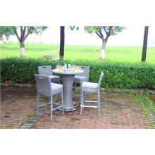 Tabela e cadeira ao ar livre do bar do Rattan do jardim