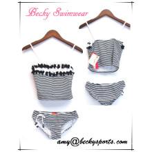 Swimsuit da forma da menina com impressão listrado