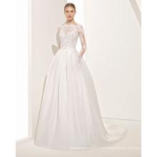 un vestido de novia de encaje Graceful Transparencies con falda y espalda plisada en V
