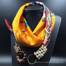 La Chine fabriquent la fleur écharpe imprimée de foulard de foulard de cou carré avec des bijoux attachés