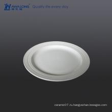 Обычная чистая бланковая тисненая белая фарфоровая утварь плоская тарелка, используемая для ресторана