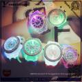 Yxl-703 2015 Nouvelle mode Montre bracelet en diamant en silicone Genève Montres colorées Montres lumineuses à quartz LED
