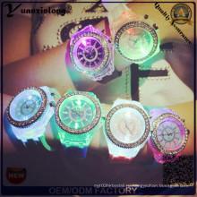 Yxl-703 2015 Новый Мода Женеве силиконовые алмазов наручные часы Красочные огни Светодиодные светящиеся кварцевые часы