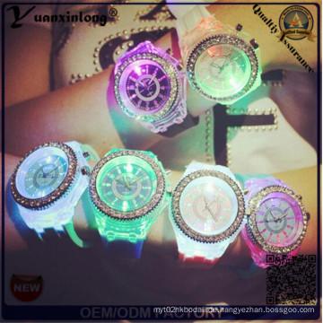 Yxl-703 2015 neue Art und Weise Genf-Silikon-Diamant-Armbanduhr-bunte Lichter LED-leuchtende Quarz-Uhren