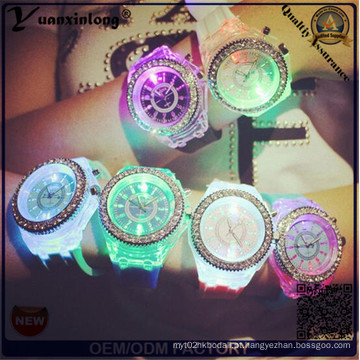 Yxl-703 2015 Nova Moda Genebra Silicone Diamante Relógio De Pulso Luzes Coloridas LED Luminoso Quartzo Relógios