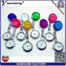 Yxl-279 de alta qualidade enfermeira de bolso relógios sorrir relógios multicolors broche enfermeira médica relógios fábrica atacado
