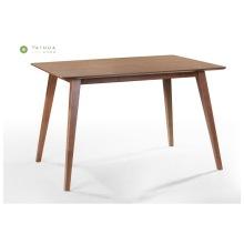 Abgeschrägter Esstisch aus massivem Holz