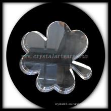 Trébol de cuatro hojas de cristal en blanco cristal