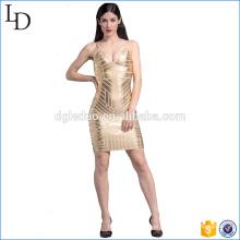 As senhoras novas da forma do pescoço profundo personalizado de V vestem o vestido frisado do ouro