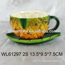 Belle tasse expresso en céramique et soucoupe à la conception d'ananas