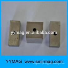 Ímã grande do bloco de Alnico com um furo para o otário magnético
