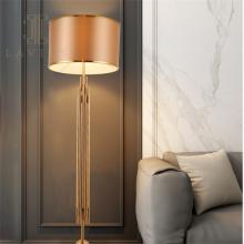 Villa Stehlampe aus goldenem Metall im nordischen minimalistischen Stil