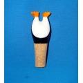 Pinguim de resina com rolhas de garrafa