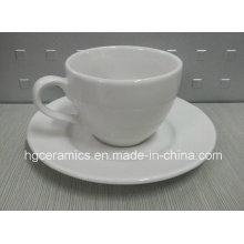 Керамическая чашка и блюдце