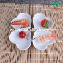 Plato de salsa de soja de cerámica blanca en forma de corazón