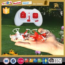 O menino novo do projeto brinca o zangão do usb de 2.4g fpv rc dos brinquedos