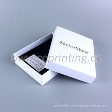 Verpacken schönes weißes Papierkastengeschenk für Schmuck mit Schaumeinsatz