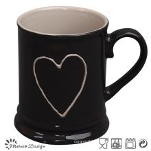 Extérieur noir avec coeur à l'intérieur de la tasse de bière blanche