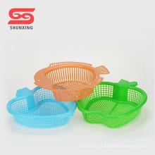 Fonte plástica durável da cozinha da peneira da forma dos peixes da cesta do alimento para venda