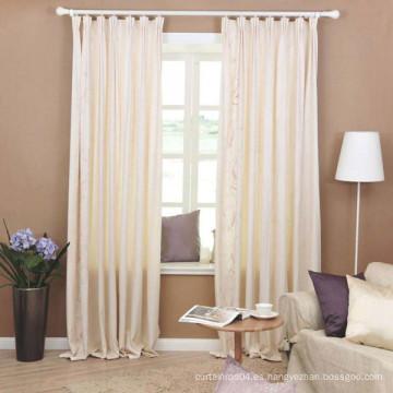 Hermosas cortinas de tela con ventanal