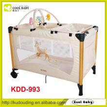 China Fabricante Red Blue Brown Playpen Bebê de duas camadas Diaper Changer Toy Bar com 5 brinquedos Fast Folding Baby Playpen Bed