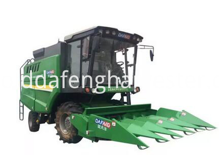 Self-propelled Corn Harvester separate grain from cob