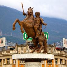 soldado de bronce del guerrero en la estatua del caballo