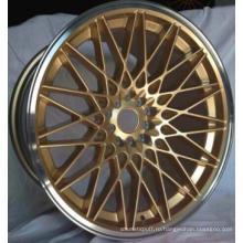 Красивое легкосплавное колесо с золотым лицом прямо с завода