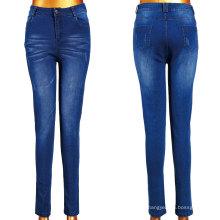 Frauen, die Jeans mit Kratzer waschen