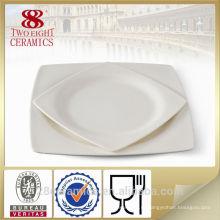 Тонкий фарфор тарелки, зарядное устройство плиты