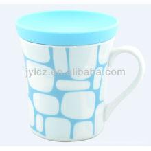 taza de cerámica con tapa de silicona