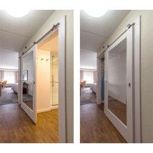 Hampton Inn Hotel Puerta de granero corredera de madera pintada blanca con incrustación de espejo para baño y closet en China
