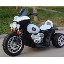 Los cabritos de la motocicleta eléctrica embroma el coche