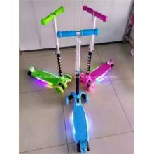 Mini scooter en plastique d'enfant de trois roues