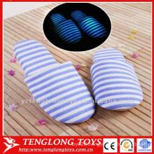 Pantoufles à rayures lumineuses bon marché et luxueuses pantoufles de maison d'hiver pantoufles de chambre à coucher