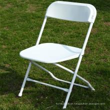 Cadeira dobrável de plástico branco com armação de aço