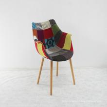Hochwertiger Holzstuhl mit buntem Stoffsitz