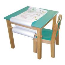 Mesa cuadrada de madera con rollo de papel