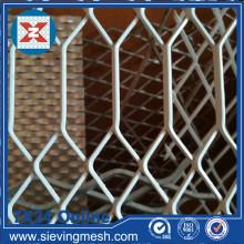 Раскрытая металлическая сетка с шестиугольным отверстием