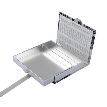 Présentoir en papier argenté avec fermeture magnétique
