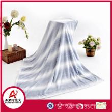 100% Polyester La dernière couverture en molleton de flanelle de conception de mode, assortie avec le coussin