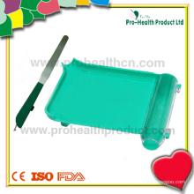 Bandeja de contagem de pílulas de plástico de farmácia com mão esquerda