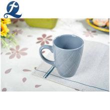 Tasses en céramique colorées imprimées adaptées aux besoins du client de vente chaude de tasses avec la poignée
