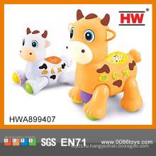 Забавная пластмассовая игрушечная молочная корова b / o игрушка для животных с музыкальной пластиковой игрушечной коровой