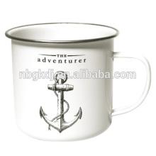 La taza del esmalte del aventurero La taza del esmalte del aventurero