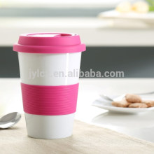 керамические чашки и кружки с силиконовой крышкой и полосой
