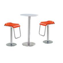 Comptoirs de bar et chaises de bon goût et sobres
