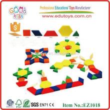 Los niños de madera dura juegan bloques de rompecabezas de dibujos animados