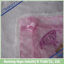 Reine Baumwollspitze auf rosa Taschentuch, verträumtes Gefühl