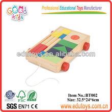 Bambú tirón a lo largo de bloques de construcción de coches de juguete